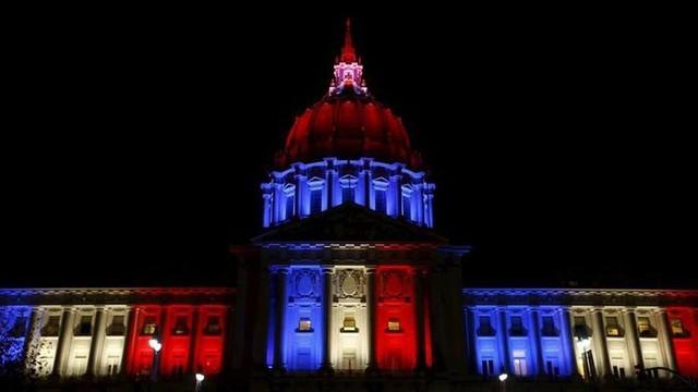Thế giới đổi màu cờ Pháp tưởng niệm nạn nhân vụ khủng bố  - ảnh 4