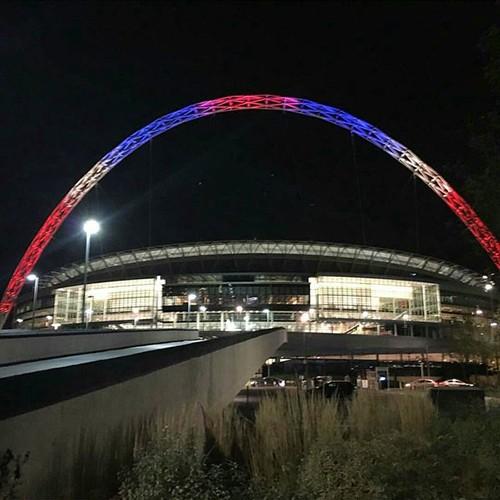 Thế giới đổi màu cờ Pháp tưởng niệm nạn nhân vụ khủng bố  - ảnh 3
