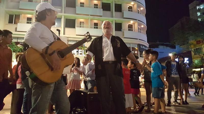 Người nước ngoài tại TP.HCM hát cho Paris  - ảnh 2