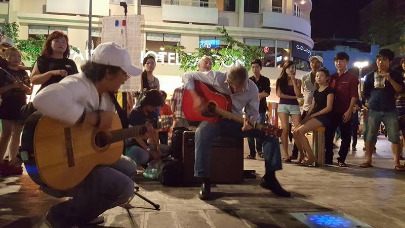 Người nước ngoài tại TP.HCM hát cho Paris  - ảnh 4