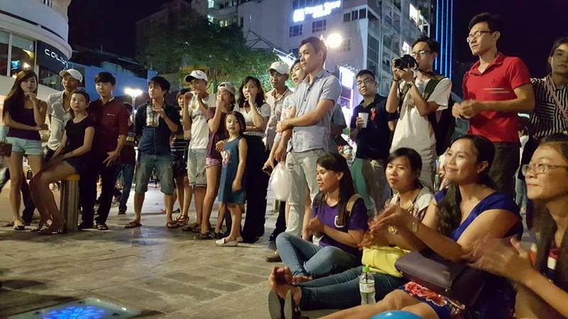 Người nước ngoài tại TP.HCM hát cho Paris  - ảnh 5