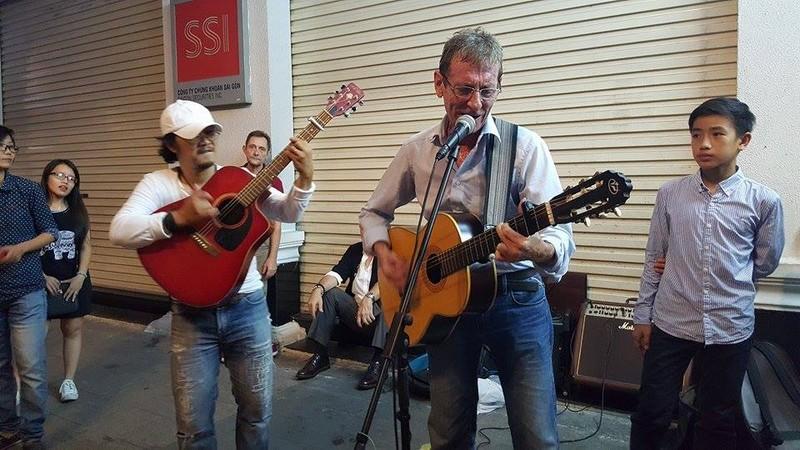 Người nước ngoài tại TP.HCM hát cho Paris  - ảnh 3