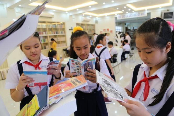 Học sinh Trường THPT Lương Thế Vinh (Q.1, TP.HCM) đọc sách trong giờ ra chơi - Ảnh: Như Hùng