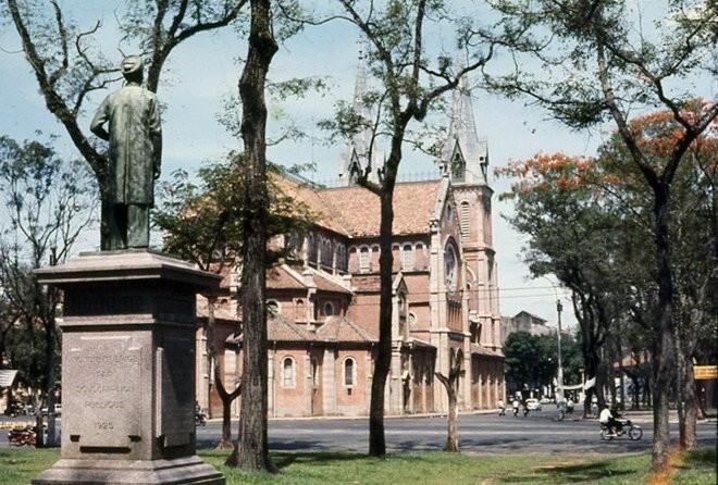 Tượng Trương Vĩnh Ký ở một góc công viên Thống Nhất nhìn ra nhà thờ Đức Bà năm 1969 (hiện được đặt ở Bảo Tàng Mỹ Thuật TP.HCM) - Ảnh tư liệu
