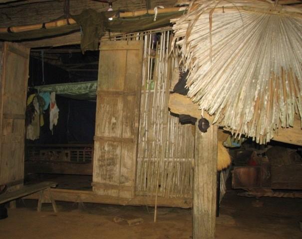 Căn nhà mái lá ven sườn núi của bà Đỗ Thị Lan.