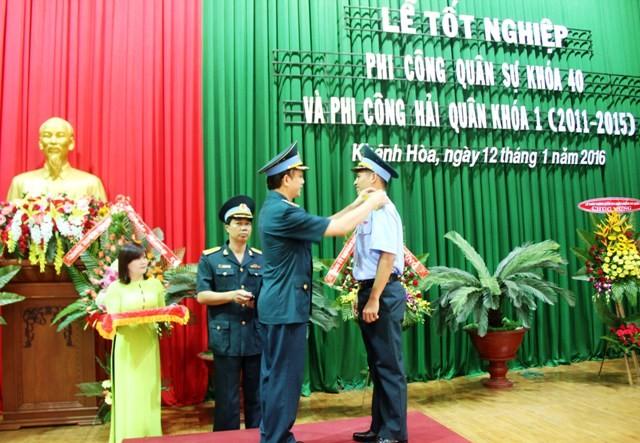 Phi công quân sự và phi công hải quân trong ngày tốt nghiệp   - ảnh 3