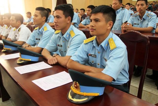 Phi công quân sự và phi công hải quân trong ngày tốt nghiệp   - ảnh 2