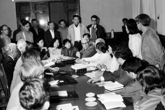 Đoàn đại biểu TP.HCM dự Đại hội VI gặp gỡ ông Lê Đức Thọ (người ngồi, đeo kính) - Ảnh: Xuân Lâm