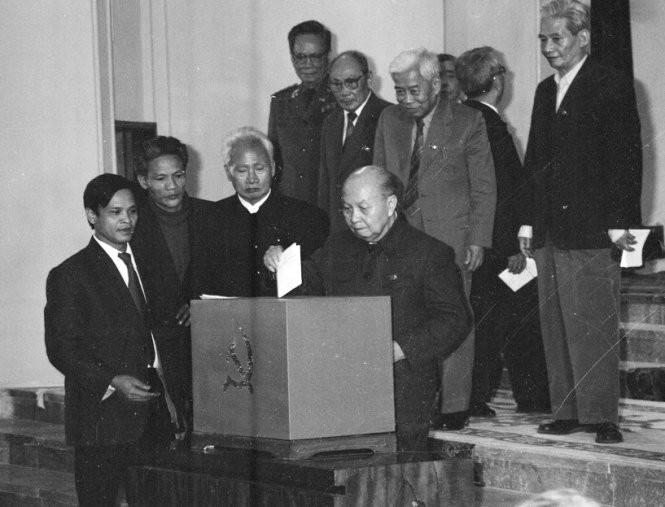 Các vị lãnh đạo cấp cao bỏ phiếu tại Đại hội VI - Ảnh tư liệu