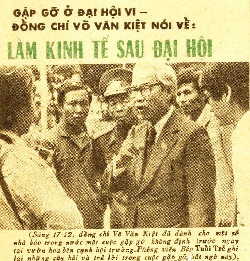 Nhiều phóng viên đã tìm gặp và phỏng vấn ông Võ Văn Kiệt - người sau này tiếp tục đẩy mạnh công cuộc đổi mới trên cương vị Thủ tướng - Ảnh: Huỳnh Sơn Phước