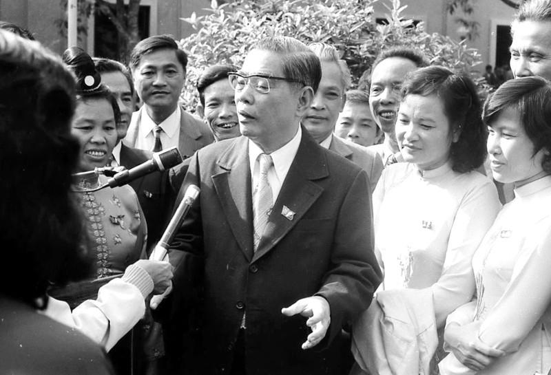 Ông Nguyễn Văn Linh trả lời phỏng vấn báo chí bên hành lang Đại hội VI - Ảnh: Huỳnh Sơn Phước