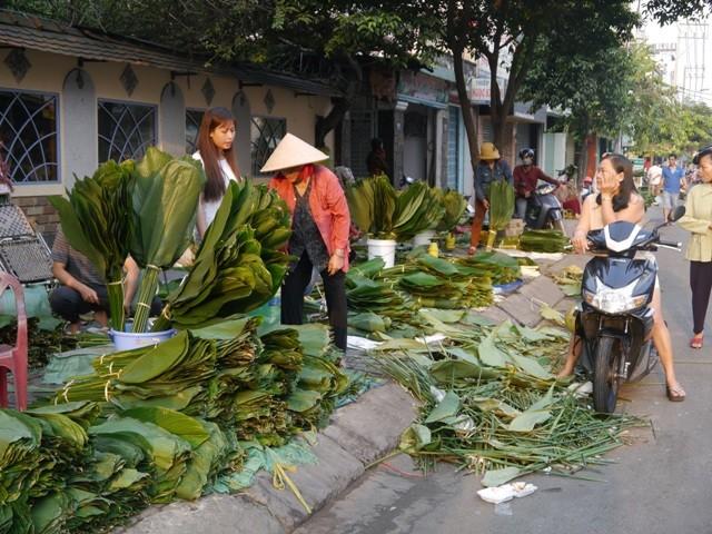 Độc đáo chợ lá dong giữa Sài Gòn - ảnh 1