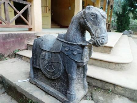 Con ngựa đá đang ở tại Trường THCS Cổ Lũng