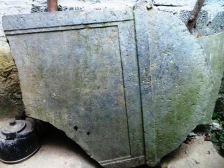 Bia đá được lấy từ nhà Phủ lưu lạc ra nhà người dân ở xã Cổ Lũng, huyện Bá Thước
