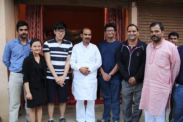 Tường An chụp cùng thượng nghị sỹ Ajay Tamta tại Quốc hội Ấn Độ.