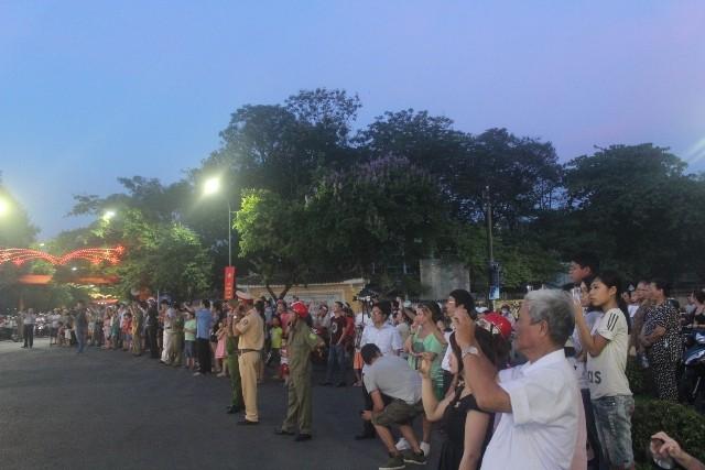 Chùm ảnh: Lễ rước Phật bằng xe hoa và 104 xe ô tô tại Huế - ảnh 10