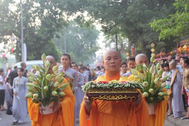 Chùm ảnh: Lễ rước Phật bằng xe hoa và 104 xe ô tô tại Huế - ảnh 3