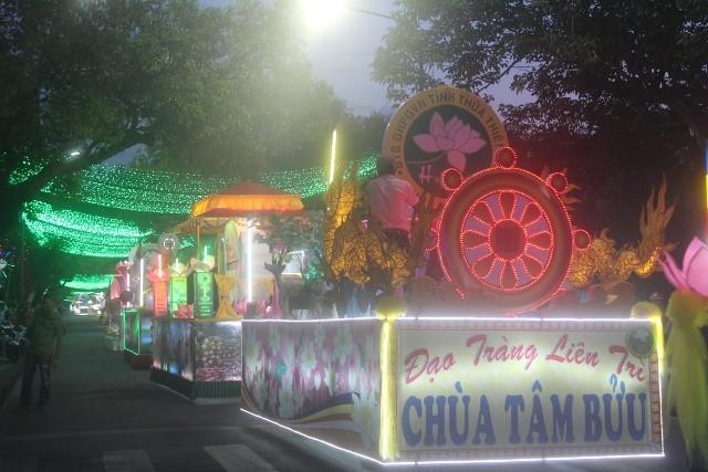 Chùm ảnh: Lễ rước Phật bằng xe hoa và 104 xe ô tô tại Huế - ảnh 6