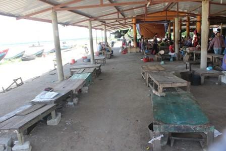Chợ cá lớn vắng bóng tiểu thương sau vụ 25 tấn cá nục nhiễm phenol - ảnh 2