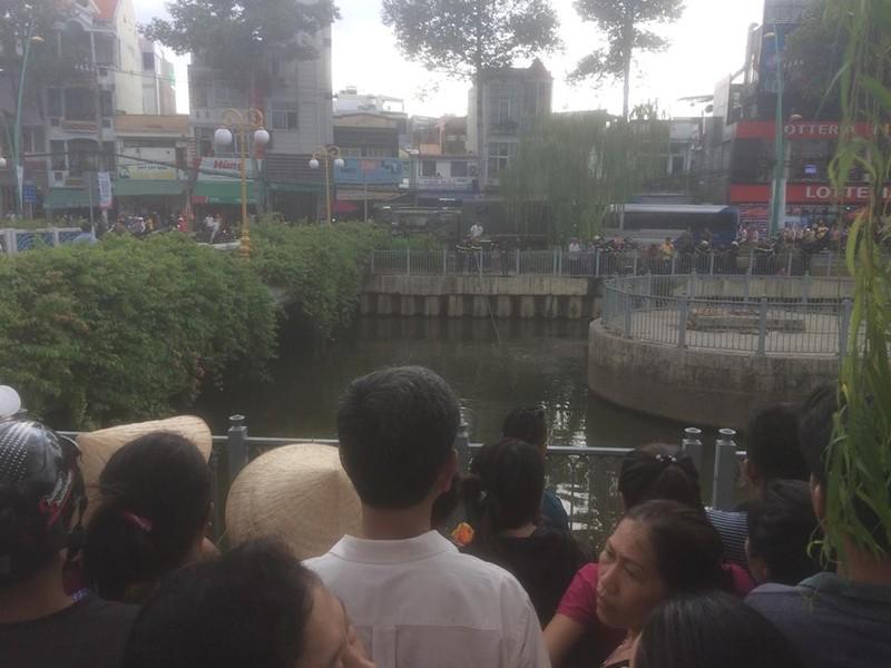 1 người đàn ông rơi xuống cầu số 1 - kênh Nhiêu Lộc  - ảnh 1