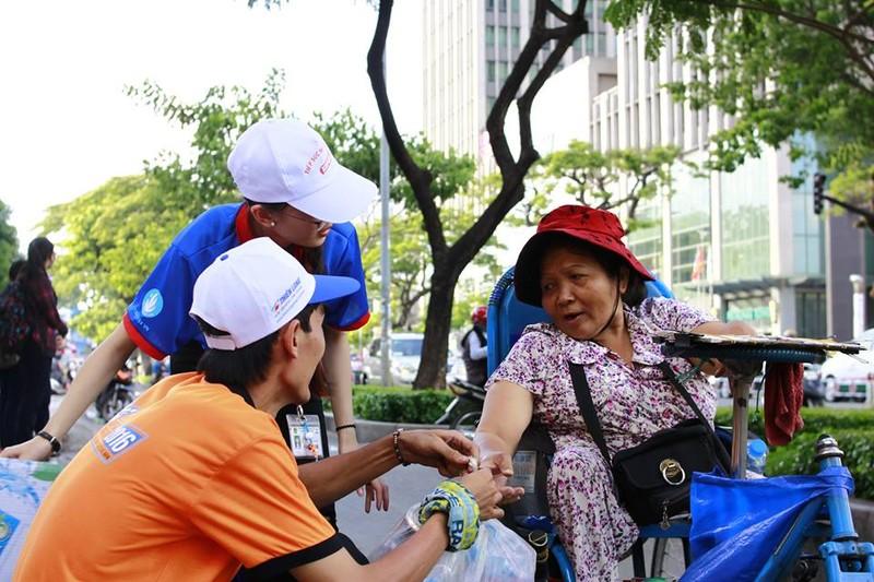 Sinh viên tình nguyện tiếp sức người đi đường - ảnh 4