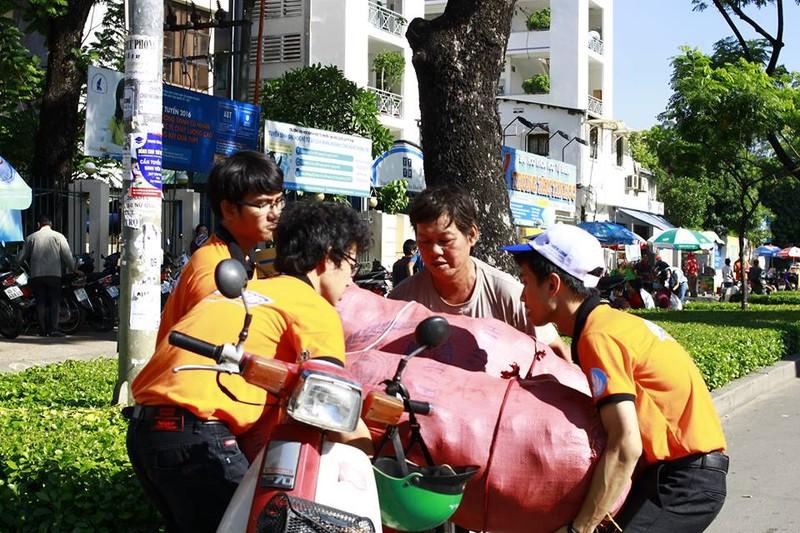 Sinh viên tình nguyện tiếp sức người đi đường - ảnh 5