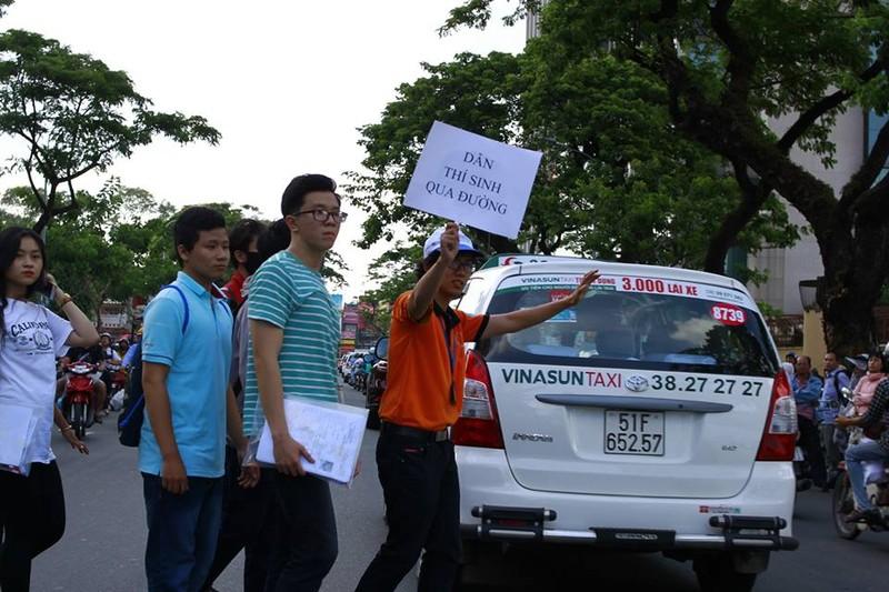 Sinh viên tình nguyện tiếp sức người đi đường - ảnh 1