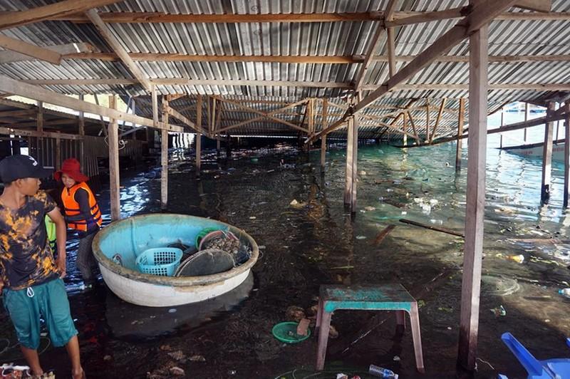 Bên trong nhà bè nổi bị sập tại vịnh Vĩnh Hy. Ảnh: CTV