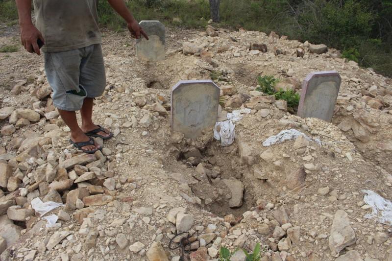"""Dân bức xúc vì dự án """"đào trộm"""" hơn 130 ngôi mộ - ảnh 1"""