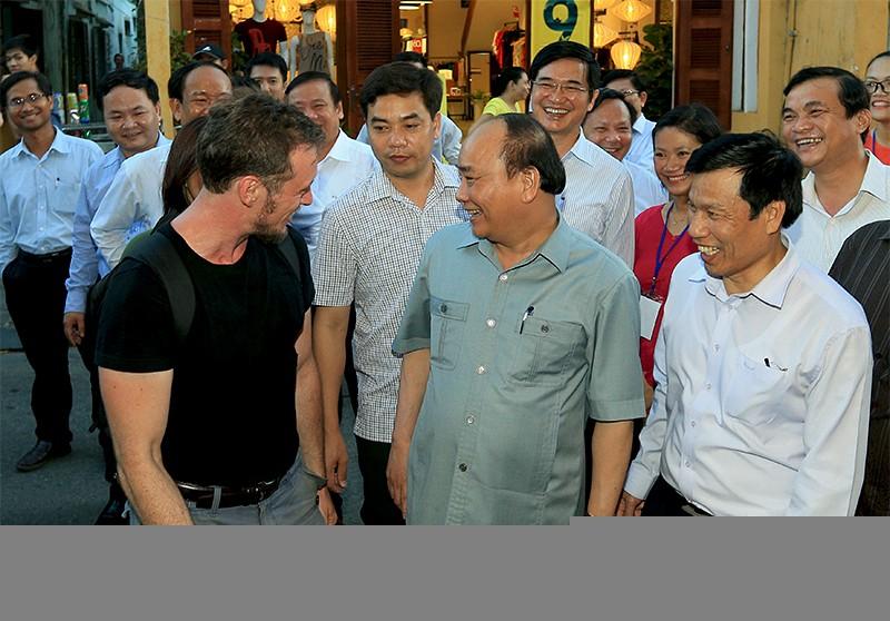 Thủ tướng trò chuyện với du khách nước ngoài ở phố cổ Hội An.ảnh: VGP
