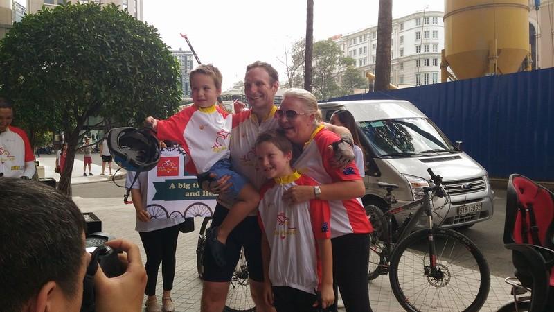 1.600 km, 16 ngày và 1,5 tỉ đồng cho trẻ em Việt Nam mổ tim  - ảnh 1