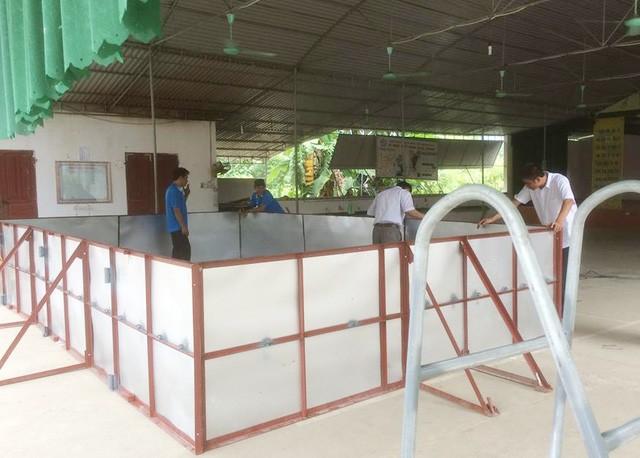 Bể bơi được làm bàng thép, tấm tôn, bạt chống thấm của thầy Thanh và các cộng sự.