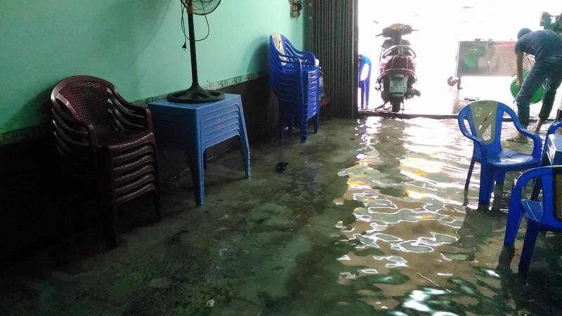 TP.HCM lại mưa, nước đang ngập nhiều tuyến đường  - ảnh 7