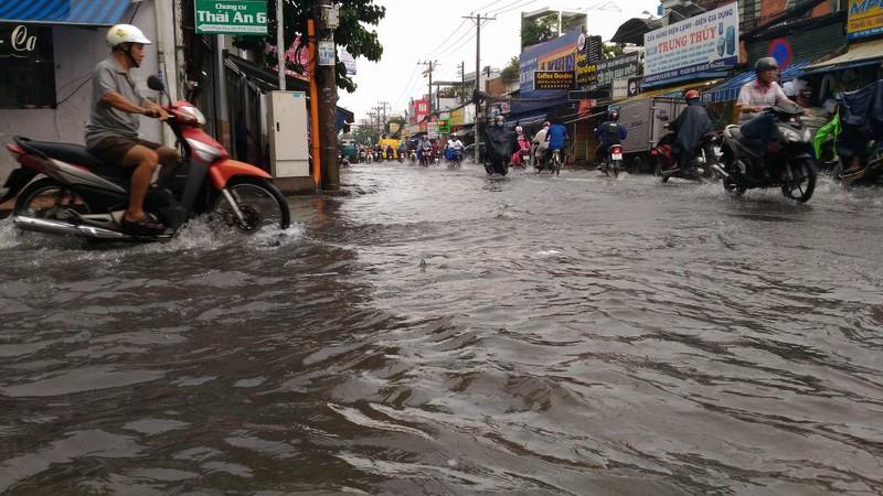 TP.HCM lại mưa, nước đang ngập nhiều tuyến đường  - ảnh 3