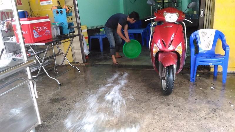 TP.HCM lại mưa, nước đang ngập nhiều tuyến đường  - ảnh 6