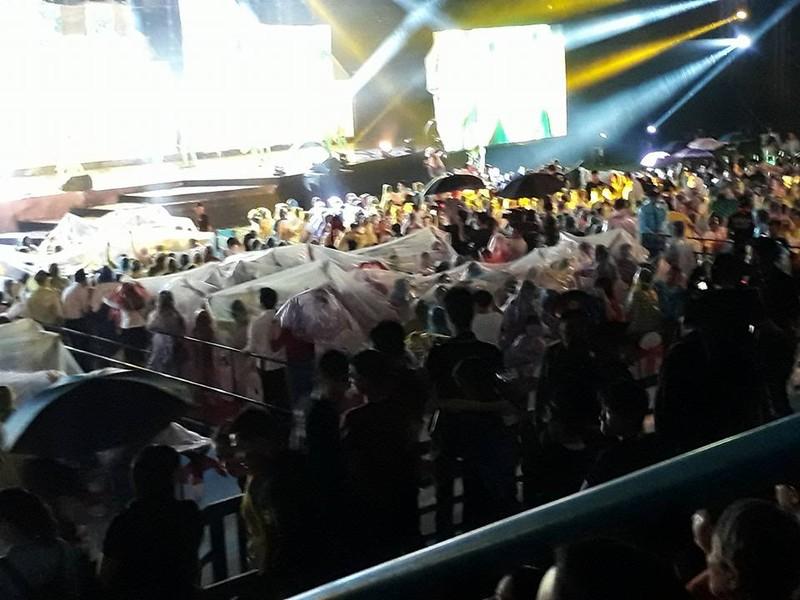 Nghệ sĩ và khán giả đội mưa xem live show Việt Hương - ảnh 2