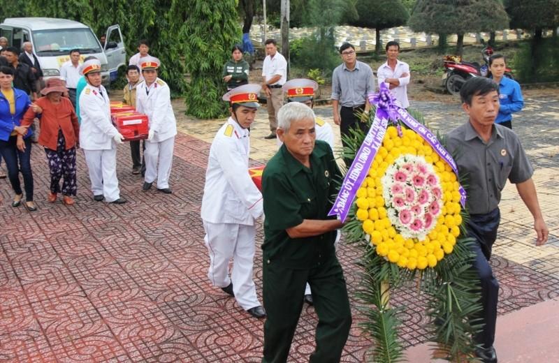 Đón 5 hài cốt quân tình nguyện về nghĩa trang quê nhà - ảnh 1