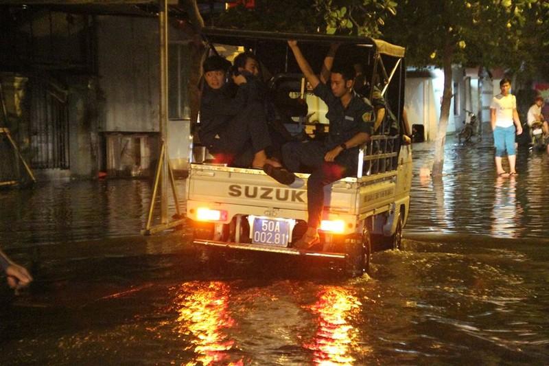 Sự cố cống ngăn nước khiến 2 phường quận 12 ngập nặng - ảnh 4