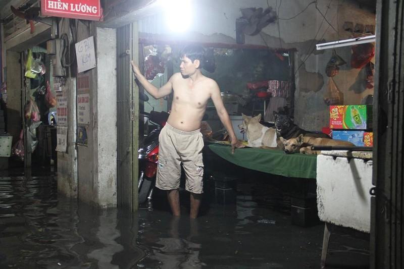 Sự cố cống ngăn nước khiến 2 phường quận 12 ngập nặng - ảnh 5