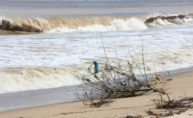 Biển Nha Trang sóng lớn, nước đục ngầu, đầy rác - ảnh 4