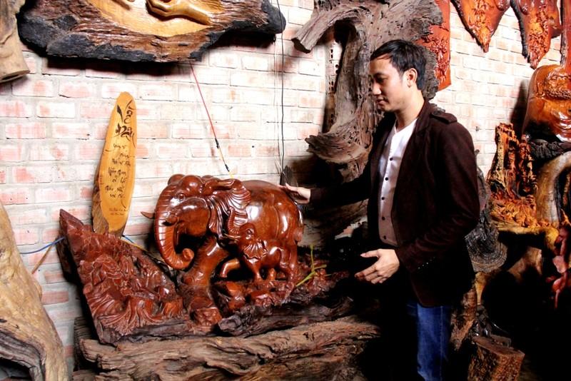 """Trần Vinh và tác phẩm """"Về đâu"""", đạt giải nhất tỉnh Gia Lai-năm 2012. Hình ảnh mẹ con voi không biết về đâu khi rừng """"ngôi nhà"""" và sự sống của con người và muông thú đã bị tàn phá."""