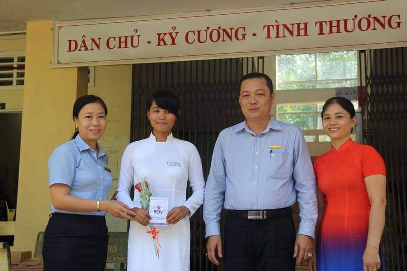 Ngân hàng BIDV trao sổ tiết kiệm cho Trâm.