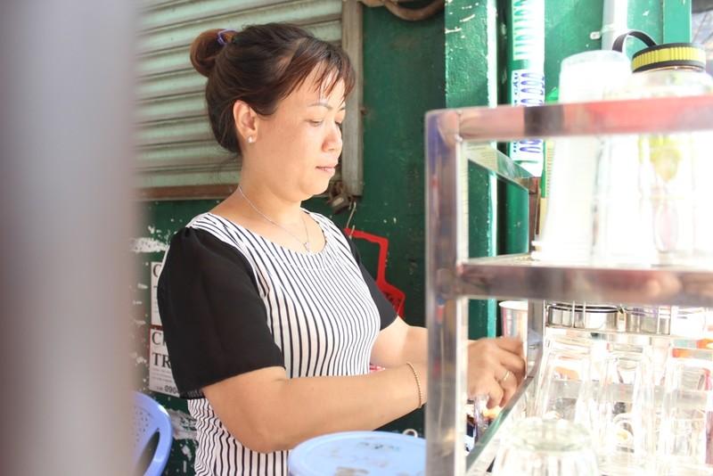 Hằng ngày bán nước tại đầu hẻm, chị Linh đã chứng kiến sự vất vả, cực khổ của những cụ già bán vé số hay những người thu mua ve chai khi không có nổi một bữa ăn tròn đầy mỗi ngày. Niềm thương cảm thôi thúc nên đầu tháng 7/2016, chị Linh đã thực hiện ý tưởng nấu và phát những suất cháo thịt bằm miễn phí.
