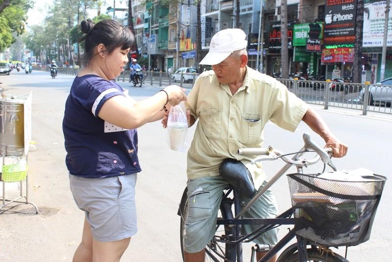 Bé Ngọc Nhi (con gái chị Linh) tranh thủ phụ giúp mẹ sau giờ học.