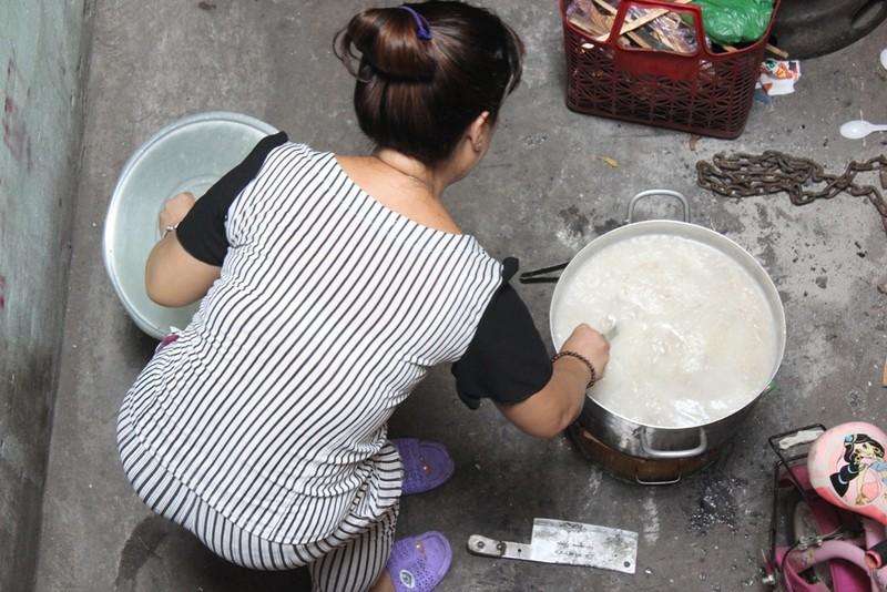 """Đều đặn vào 12 giờ trưa mỗi ngày, chị Linh bắt đầu nấu cháo. Đến 2 giờ chiều, chị đặt nồi cháo thịt thơm ngon trước hẻm kèm theo tấm bảng nhỏ """"Cháo thịt bằm miễn phí""""."""