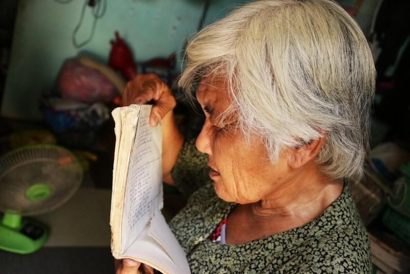 """Ngoài việc """"ghiền"""" đọc sách, Bà Trình còn có thói quen lưu giữ lại tên những quyển sách hay, những chi tiết hay trong truyện, nhân vật bà mến mộ hay thậm chí là một bài hát bà thích…"""