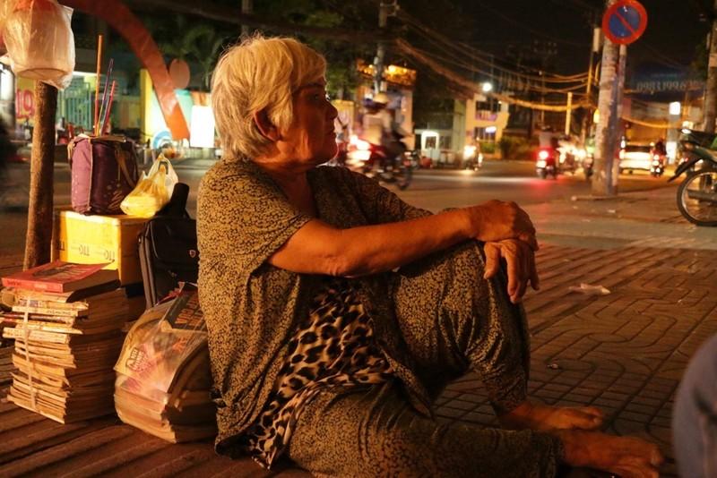 Hơn 40 năm bà ngồi bán sách cũ trước hẻm 176 đường CMT8, quận 10.