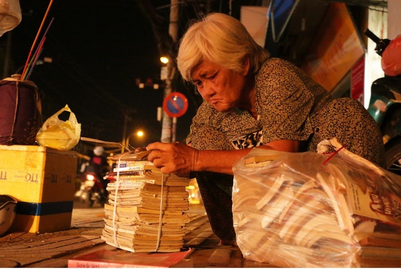 Mặc dù buôn bán ế ẩm nhưng bà quyết không từ bỏ. Mỗi cuốn truyện ngắn hay tiểu thuyết, bà bán đồng giá là từ 5000 đồng đến 10.000 đồng, người ta đọc xong mang tới đổi truyện khác, cứ thế bù thêm cho bà 5000 đồng nữa