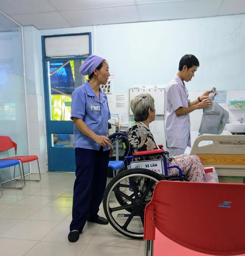 Bệnh viện quận mà đông ghê...  - ảnh 2