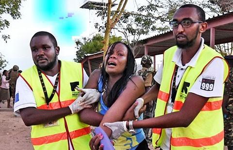 Bốn tên tấn công có đeo đai chất nổ - ảnh 1
